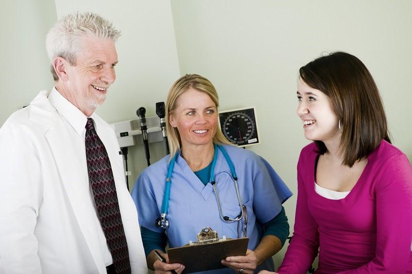 iStock_000012955683_Large meisje bij arts en verpleeger